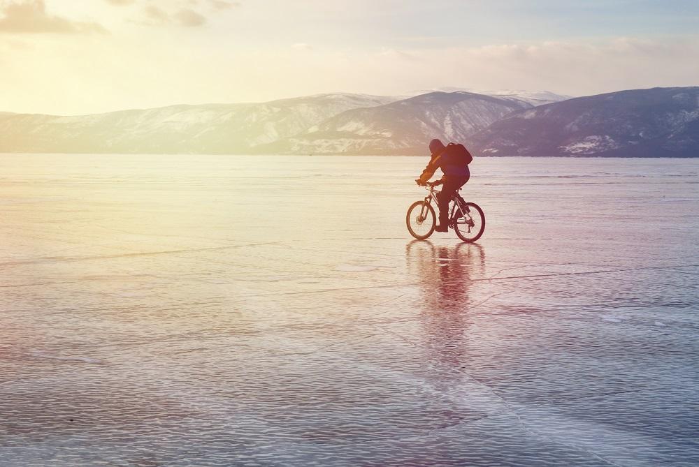 Jazda na rowerze po zamarzniętym jeziorze