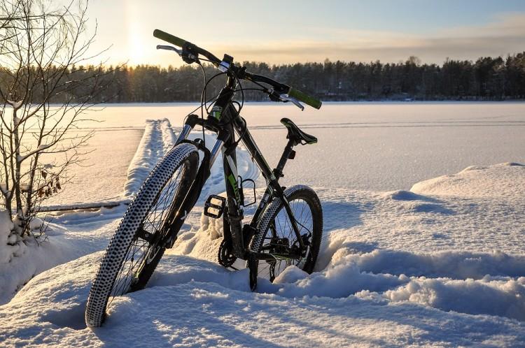 Rower w śniegu