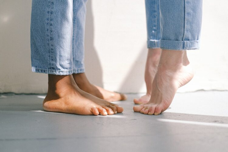 dwie pary bosych stóp